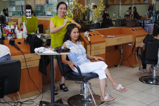 Tại đây còn cung cấp những dịch vụ thiết yếu theo nhu cầu của khách hàng như giặt là, làm đẹp, chuyển tiền về Việt Nam, ngân hàng, phòng mạch... Chợ ABC phục vụ người mua sắm từ 8h sáng đến 8h tối.