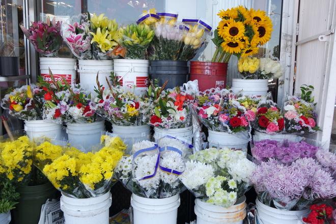 chợ cũng gần kề thương xá Phước Lộc Thọ và khách chỉ đi bộ vài phút là đến nơi là thỏa sức mua sắm.