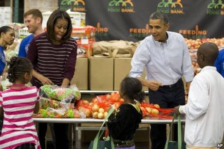 Nước Mỹ rộn ràng đón Lễ Tạ ơn. Tổng thống Barack Obama và Đệ nhất Phu nhân Michelle Obama tham gia vào một dự án công ích nhân ngày Lễ Tạ ơn bằng việc phân phát thực phẩm tại Ngân hàng Thực phẩm ở Thủ đô Washington, ngày 27/11/2013.