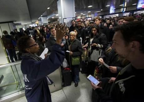 Nước Mỹ rộn ràng đón Lễ Tạ ơn, Khách du lịch xếp hàng tại nhà ga Pennsylvania, New York hôm 27/11/2013 - Ảnh: Reuters