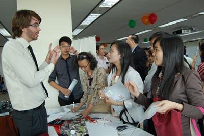 Visa sang Mỹ có dễ xin? Một buổi tư vấn du học và xin visa tại Lãnh sự quán Mỹ ở Sài Gòn.